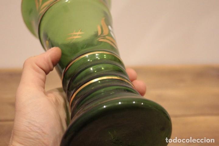 Antigüedades: Antiguo jarrón de cristal verde, pintado a mano, motivos florales y dorado, 21cm - Foto 8 - 222283613