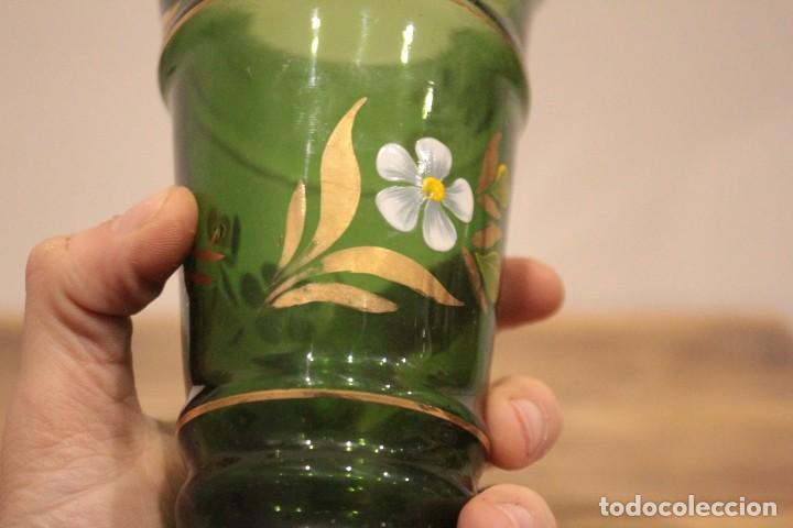 Antigüedades: Antiguo jarrón de cristal verde, pintado a mano, motivos florales y dorado, 21cm - Foto 9 - 222283613