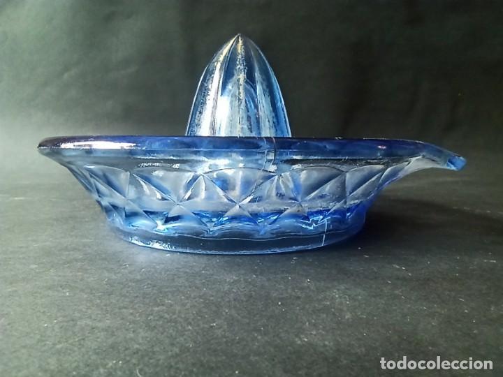 Antigüedades: Exprimidor de cristal tallado azul - Foto 4 - 222288167
