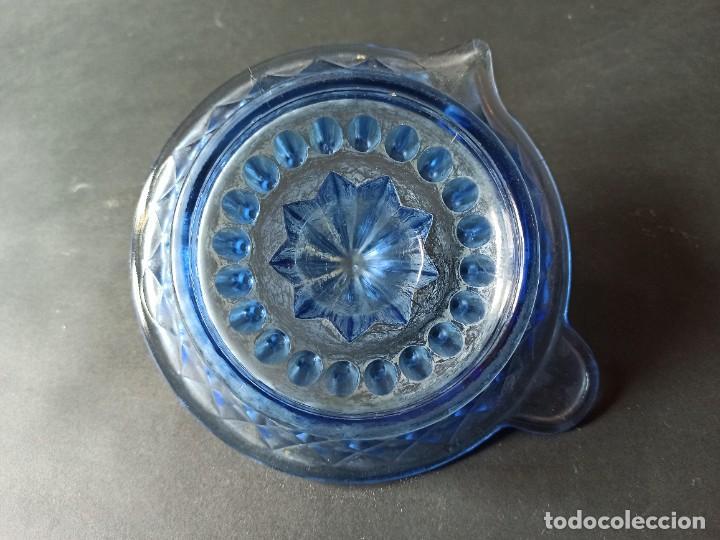 Antigüedades: Exprimidor de cristal tallado azul - Foto 9 - 222288167