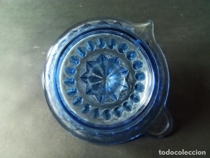 Antigüedades: Exprimidor de cristal tallado azul - Foto 10 - 222288167
