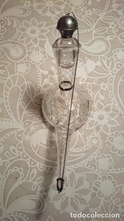 Antigüedades: Antiguo porrón de cristal soplado a mano y tallado con tapónes de plata de los años 50-60 - Foto 2 - 222289102