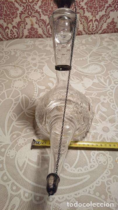 Antigüedades: Antiguo porrón de cristal soplado a mano y tallado con tapónes de plata de los años 50-60 - Foto 3 - 222289102