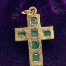 Antigüedades: CRUZ EN ORO 18K CON ESMERALDAS. Lote 222291887