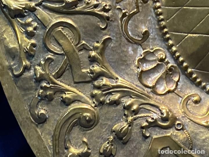Antigüedades: fuente bandeja laton repujado escena mujer con perro ppio s xviii cortinaje terraza conchas 42x59,5c - Foto 8 - 222301388