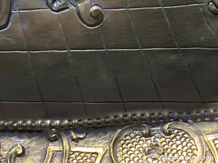 Antigüedades: fuente bandeja laton repujado escena mujer con perro ppio s xviii cortinaje terraza conchas 42x59,5c - Foto 25 - 222301388