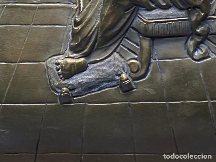 Antigüedades: fuente bandeja laton repujado escena mujer con perro ppio s xviii cortinaje terraza conchas 42x59,5c - Foto 26 - 222301388