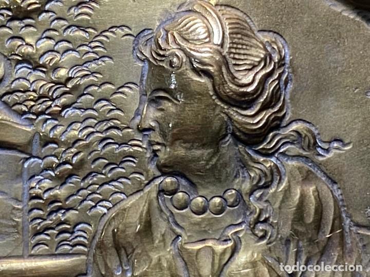 Antigüedades: fuente bandeja laton repujado escena mujer con perro ppio s xviii cortinaje terraza conchas 42x59,5c - Foto 29 - 222301388