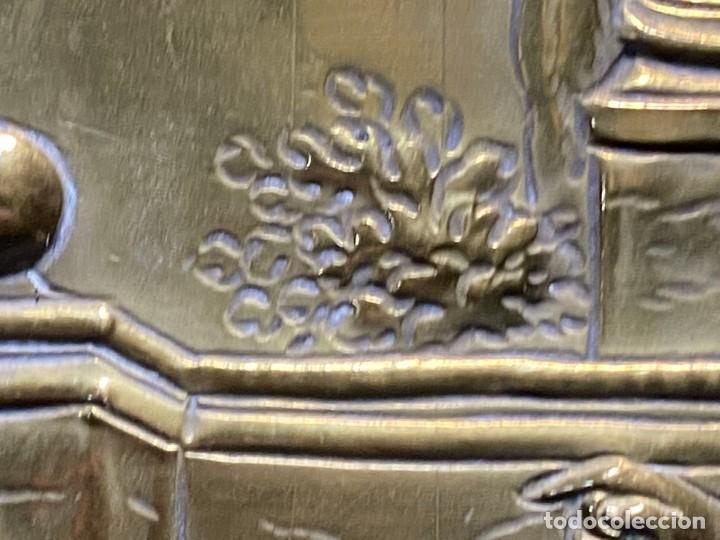 Antigüedades: fuente bandeja laton repujado escena mujer con perro ppio s xviii cortinaje terraza conchas 42x59,5c - Foto 32 - 222301388