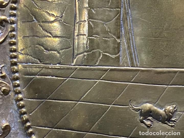Antigüedades: fuente bandeja laton repujado escena mujer con perro ppio s xviii cortinaje terraza conchas 42x59,5c - Foto 36 - 222301388