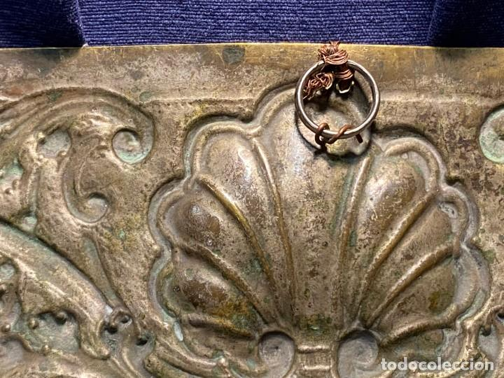 Antigüedades: fuente bandeja laton repujado escena mujer con perro ppio s xviii cortinaje terraza conchas 42x59,5c - Foto 42 - 222301388