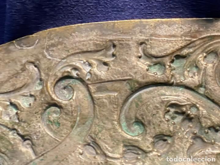 Antigüedades: fuente bandeja laton repujado escena mujer con perro ppio s xviii cortinaje terraza conchas 42x59,5c - Foto 43 - 222301388