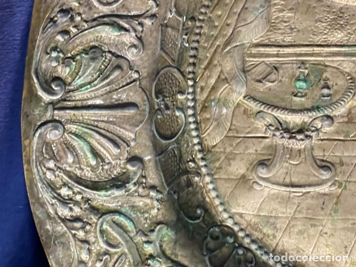 Antigüedades: fuente bandeja laton repujado escena mujer con perro ppio s xviii cortinaje terraza conchas 42x59,5c - Foto 46 - 222301388