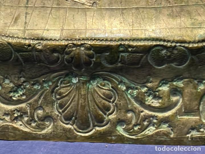 Antigüedades: fuente bandeja laton repujado escena mujer con perro ppio s xviii cortinaje terraza conchas 42x59,5c - Foto 49 - 222301388