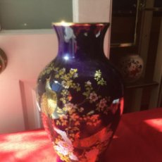 Antigüedades: PRECIOSO JARRÓN DE PORCELANA JAPONES PINTADO A MANO. SELLO. Lote 222357365