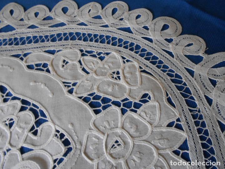 Antigüedades: Juego 2 antiquos Tapetes años 70.Algodon BLANCO. Encajes de Brujas,ovaladas 35x50 cm.nuevos - Foto 12 - 222358341