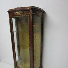 Antiquitäten: VITRINA ESTILO LUIS XV, FRANCIA - CRISTALES BOMBEADOS - DECORACIÓN EN BRONCE. Lote 222365868