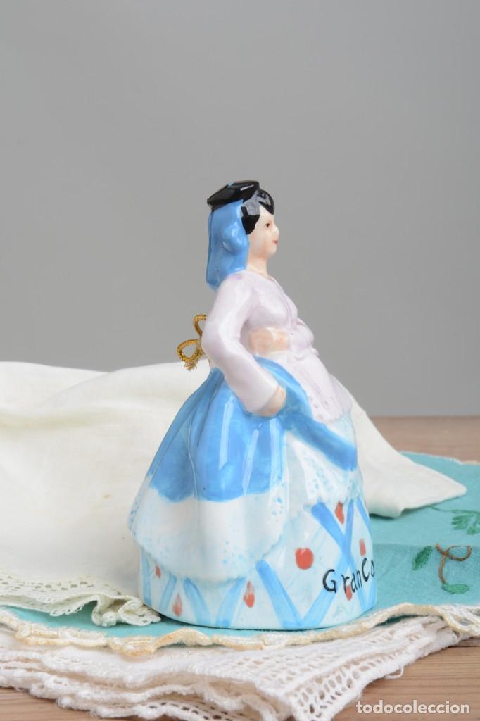 Antigüedades: Campana de porcelana vintage en forma de mujer, recuerdo de Canarias - Foto 3 - 222373866