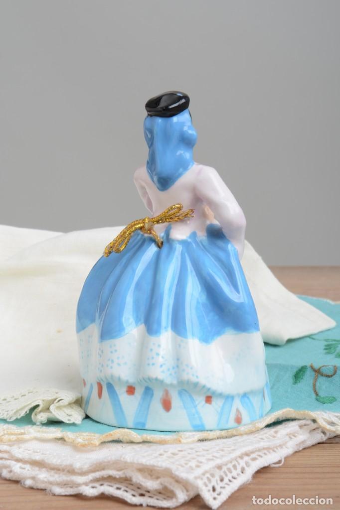 Antigüedades: Campana de porcelana vintage en forma de mujer, recuerdo de Canarias - Foto 4 - 222373866