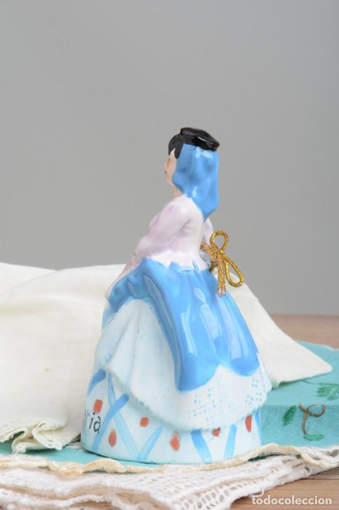 Antigüedades: Campana de porcelana vintage en forma de mujer, recuerdo de Canarias - Foto 5 - 222373866