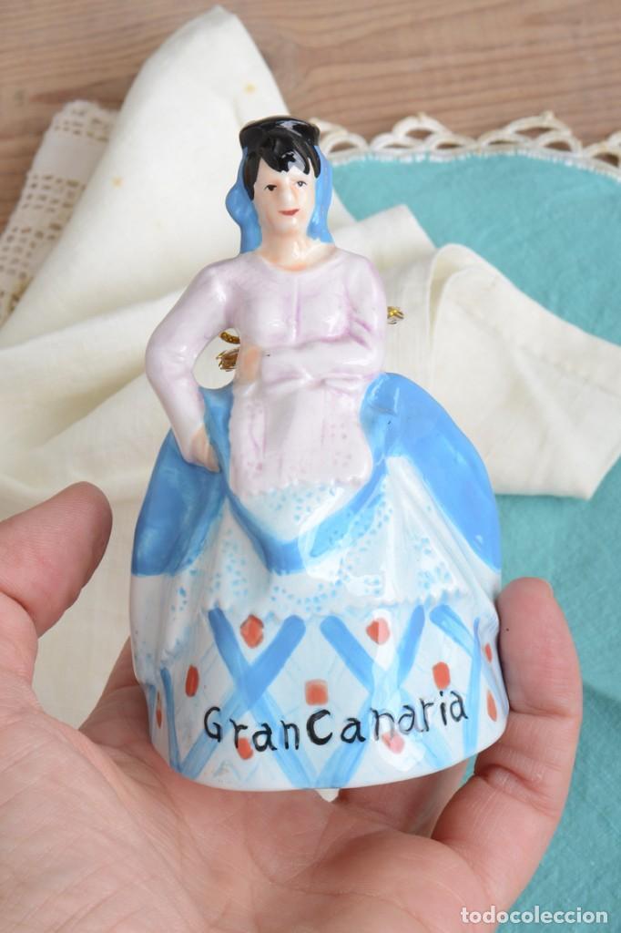Antigüedades: Campana de porcelana vintage en forma de mujer, recuerdo de Canarias - Foto 7 - 222373866