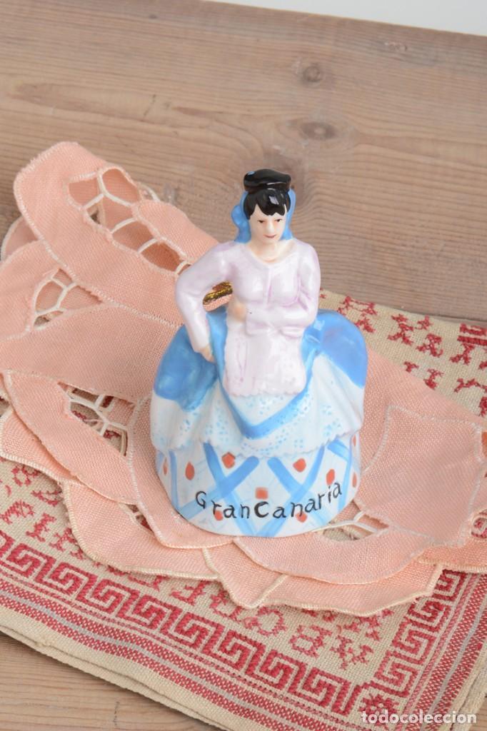 Antigüedades: Campana de porcelana vintage en forma de mujer, recuerdo de Canarias - Foto 8 - 222373866