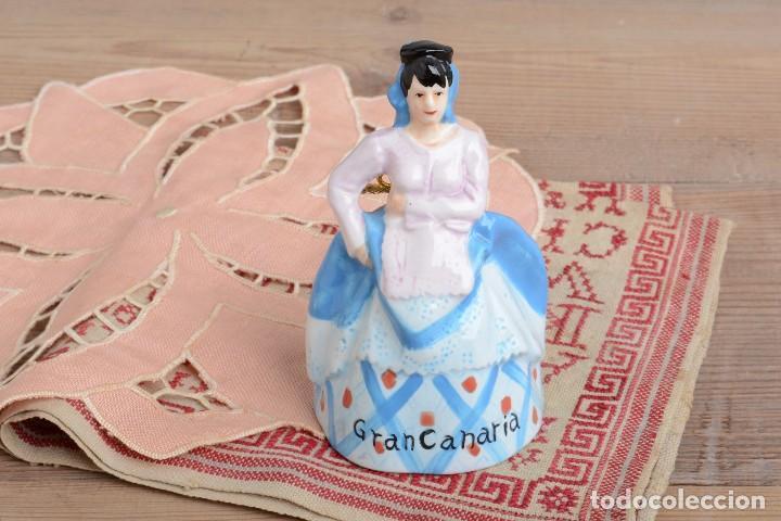 Antigüedades: Campana de porcelana vintage en forma de mujer, recuerdo de Canarias - Foto 9 - 222373866