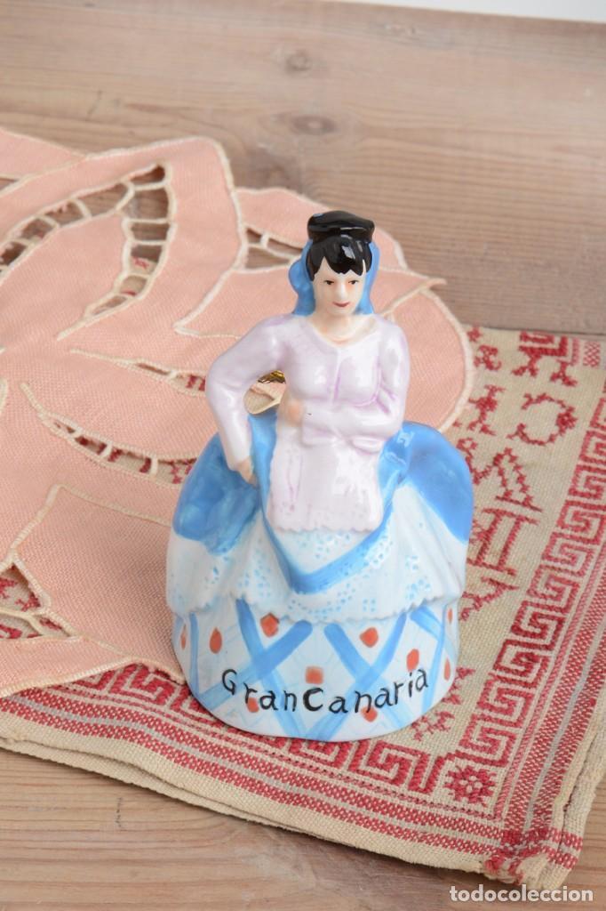 Antigüedades: Campana de porcelana vintage en forma de mujer, recuerdo de Canarias - Foto 10 - 222373866
