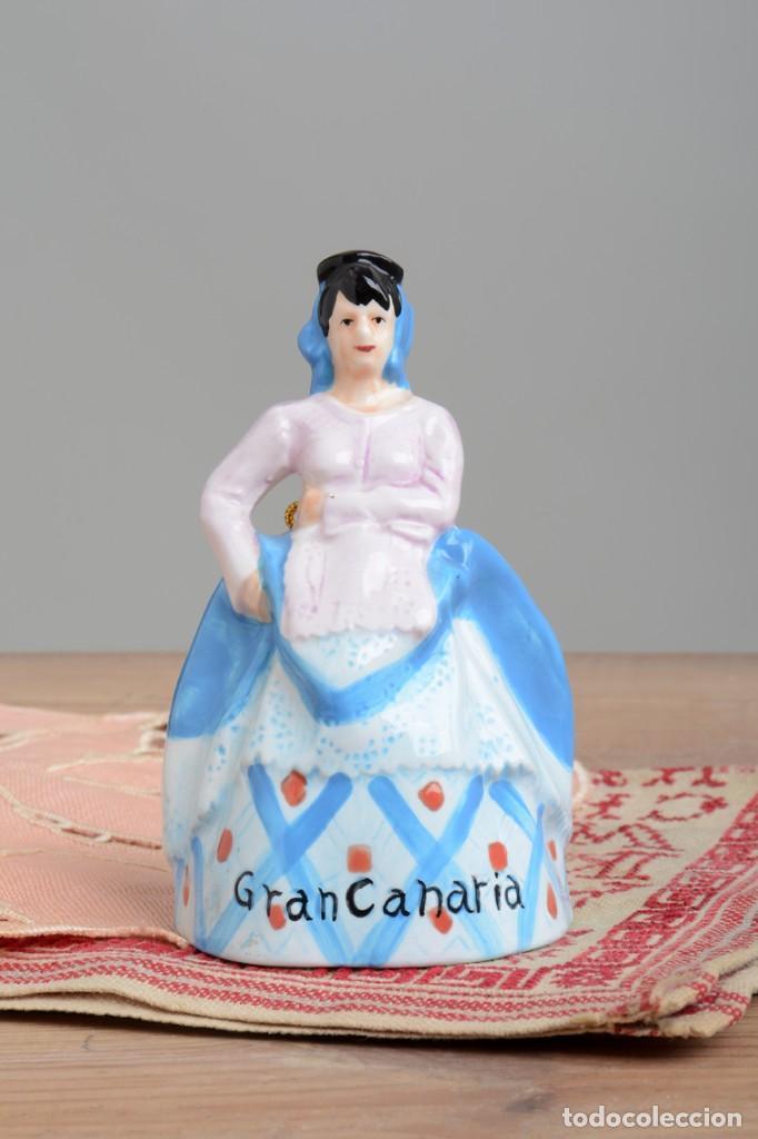 Antigüedades: Campana de porcelana vintage en forma de mujer, recuerdo de Canarias - Foto 11 - 222373866
