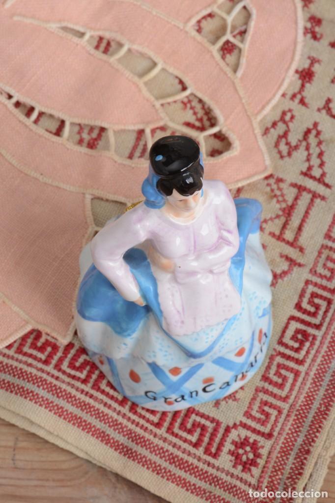 Antigüedades: Campana de porcelana vintage en forma de mujer, recuerdo de Canarias - Foto 13 - 222373866