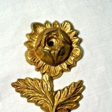 Antigüedades: GANCHO COLGADOR PARA CORTINA ANTIGUO , ALZAPAÑOS , COLOR ORO. Lote 222385465