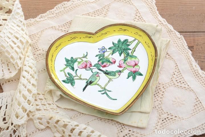 Antigüedades: Bonita bandeja vintage esmaltada en forma de corazón - Foto 2 - 222388430