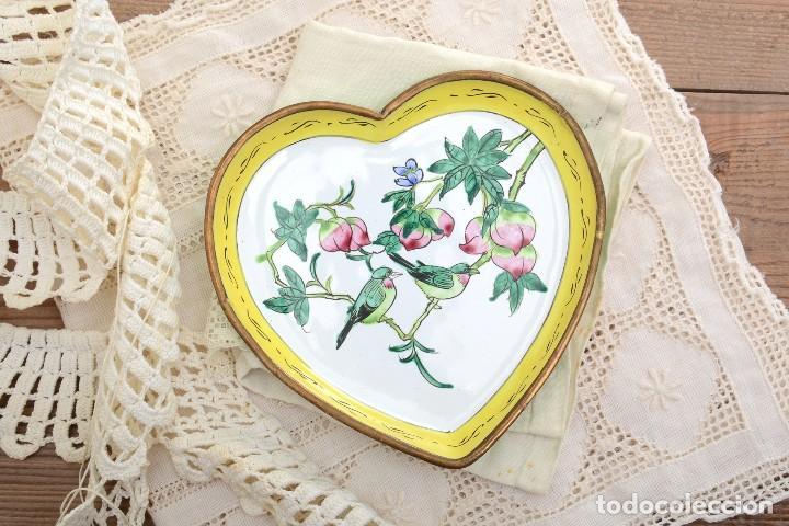 Antigüedades: Bonita bandeja vintage esmaltada en forma de corazón - Foto 3 - 222388430