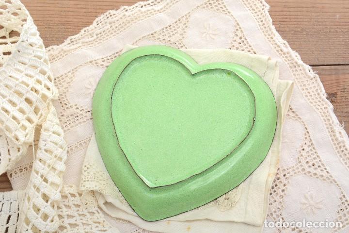 Antigüedades: Bonita bandeja vintage esmaltada en forma de corazón - Foto 5 - 222388430