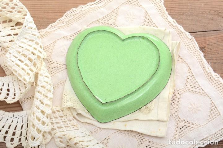 Antigüedades: Bonita bandeja vintage esmaltada en forma de corazón - Foto 6 - 222388430