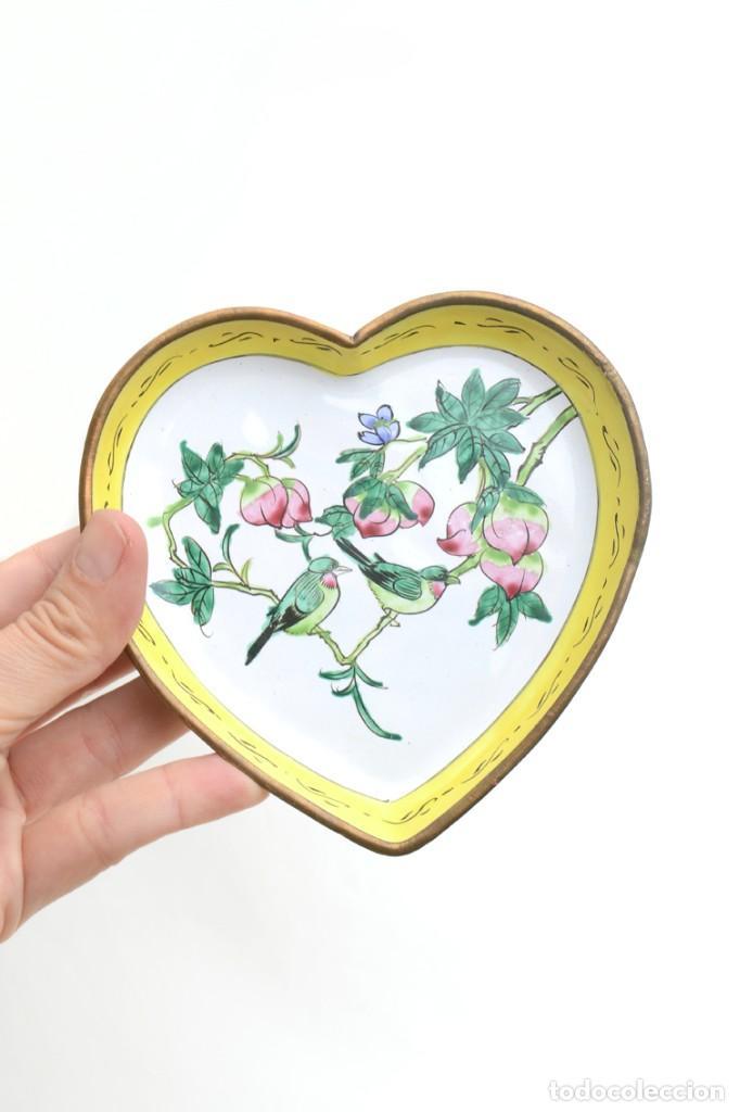 Antigüedades: Bonita bandeja vintage esmaltada en forma de corazón - Foto 7 - 222388430