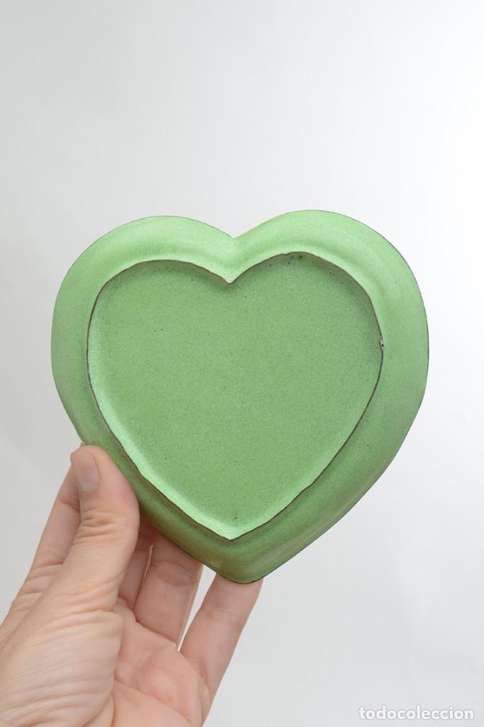 Antigüedades: Bonita bandeja vintage esmaltada en forma de corazón - Foto 9 - 222388430