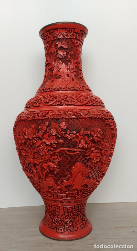 ANTIGUO Y PRECIOSO JARRON CHINO EN LACA ROJA CINABRIO TALLADA CHINA - ESPECTACULAR GRAN TAMAÑO 38 CM (Antigüedades - Porcelanas y Cerámicas - China)