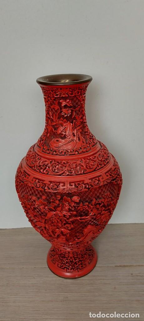 Antigüedades: ANTIGUO Y PRECIOSO JARRON CHINO EN LACA ROJA CINABRIO TALLADA CHINA - ESPECTACULAR GRAN TAMAÑO 38 CM - Foto 4 - 222411350