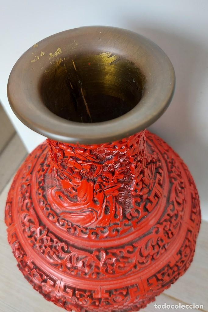 Antigüedades: ANTIGUO Y PRECIOSO JARRON CHINO EN LACA ROJA CINABRIO TALLADA CHINA - ESPECTACULAR GRAN TAMAÑO 38 CM - Foto 5 - 222411350