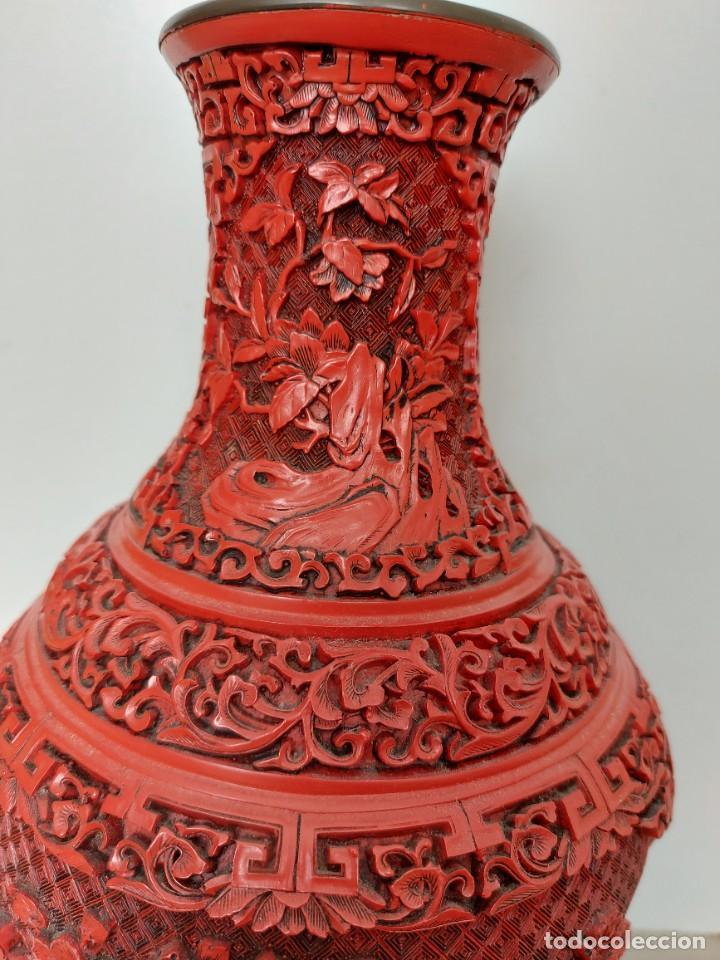 Antigüedades: ANTIGUO Y PRECIOSO JARRON CHINO EN LACA ROJA CINABRIO TALLADA CHINA - ESPECTACULAR GRAN TAMAÑO 38 CM - Foto 7 - 222411350
