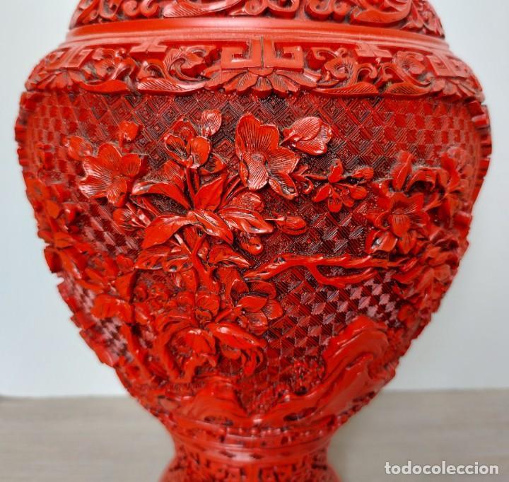 Antigüedades: ANTIGUO Y PRECIOSO JARRON CHINO EN LACA ROJA CINABRIO TALLADA CHINA - ESPECTACULAR GRAN TAMAÑO 38 CM - Foto 8 - 222411350