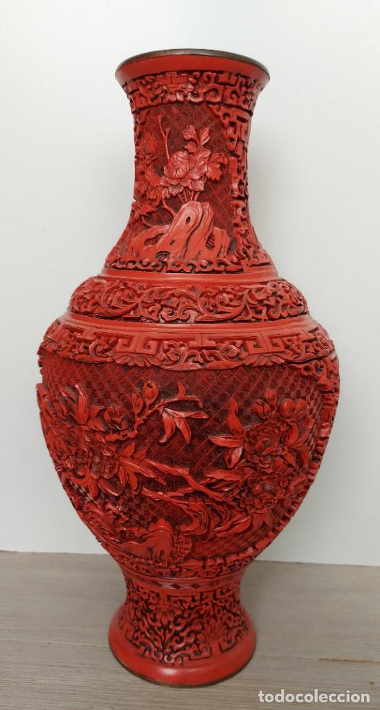 Antigüedades: ANTIGUO Y PRECIOSO JARRON CHINO EN LACA ROJA CINABRIO TALLADA CHINA - ESPECTACULAR GRAN TAMAÑO 38 CM - Foto 13 - 222411350