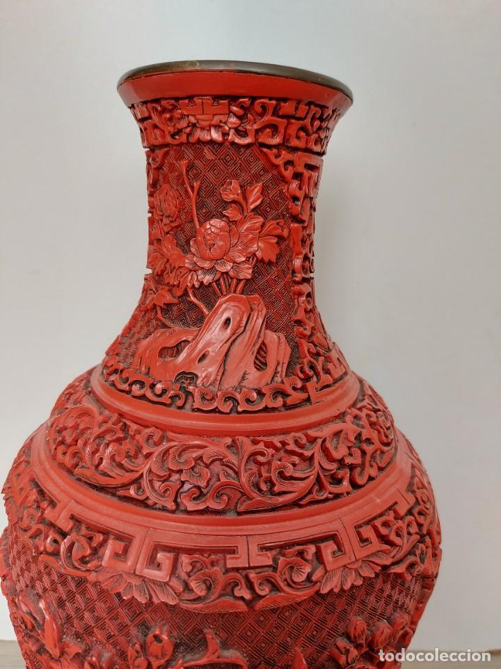 Antigüedades: ANTIGUO Y PRECIOSO JARRON CHINO EN LACA ROJA CINABRIO TALLADA CHINA - ESPECTACULAR GRAN TAMAÑO 38 CM - Foto 14 - 222411350