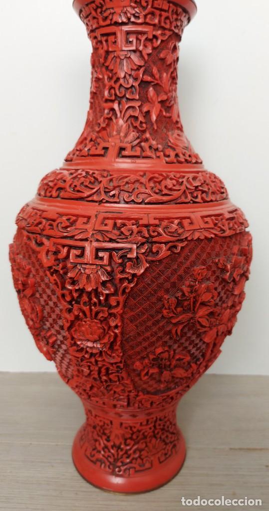 Antigüedades: ANTIGUO Y PRECIOSO JARRON CHINO EN LACA ROJA CINABRIO TALLADA CHINA - ESPECTACULAR GRAN TAMAÑO 38 CM - Foto 16 - 222411350