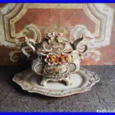 Antigüedades: SOPERA FLOREADA DE LOZA DE CAPODIMONTE CON BANDEJA. Lote 222439888