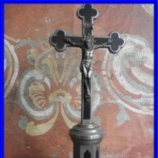 Antigüedades: IMAGEN DE CRISTO EN LA CRUZ DE METAL PLATEADO DE SOBREMESA. Lote 222440317