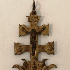Antigüedades: CRUZ CARAVACA ANTIGUA EN BRONCE LATON, (FRAGMENTOS ROPA), (13X6). Lote 222446680
