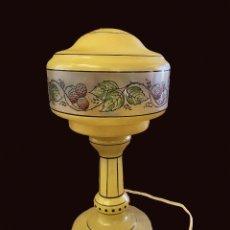 Antigüedades: LÁMPARA ART DECO EN AMARILLO Y DECORACIÓN FLORAL, FUNCIONA, MUY ANTIGUA, IMPECABLE, MUY COQUETA.. Lote 222450743