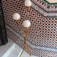 Antigüedades: LAMPARA DE PIE EN METAL DORADO CON 3 BRAZOS TERMINACIÓN EN GLOBOS , DECORACIÓN CAMPESTRE ARTESANIA. Lote 222456061